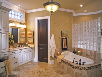 Bathroom Tile Designs on This Master Bathroom Uses Bright Colors And A Great Layout